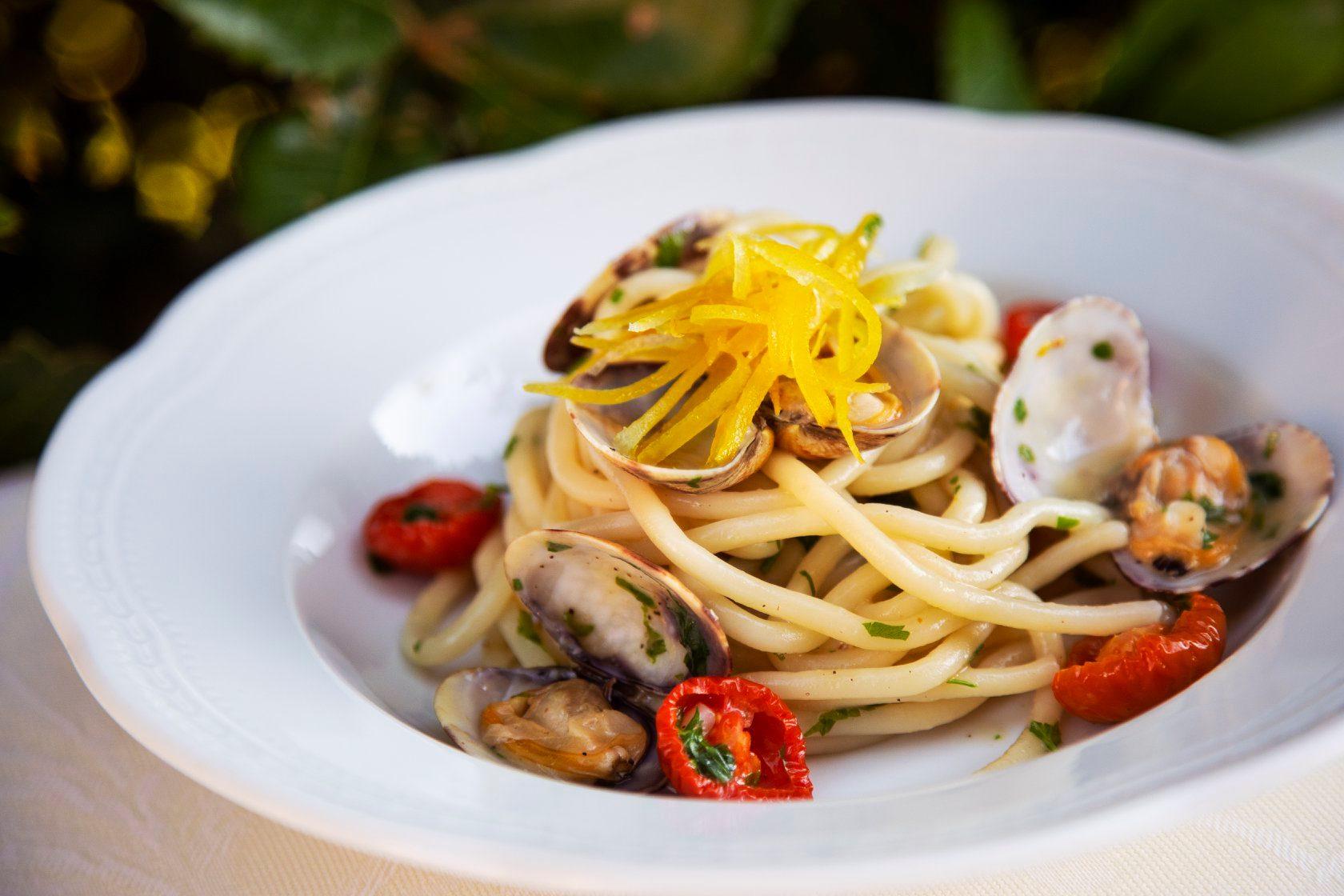 Spaghetti al sugo di pesce con pomodorini